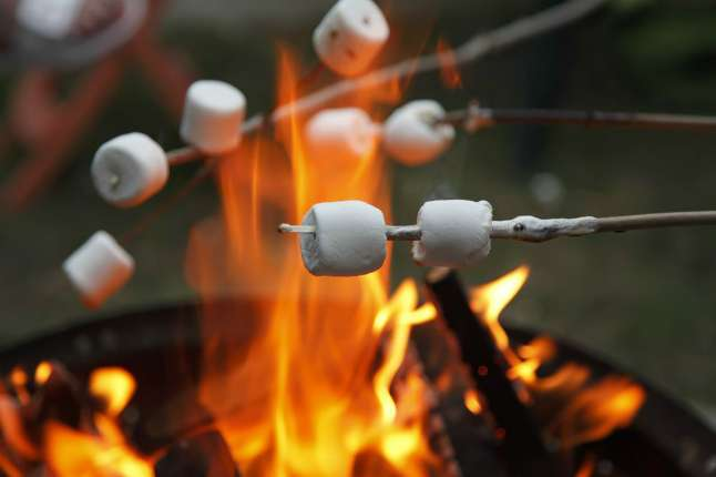 Маршмеллоу можно поджарить вкостре