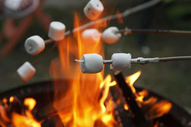 Маршмеллоу можно поджарить в костре