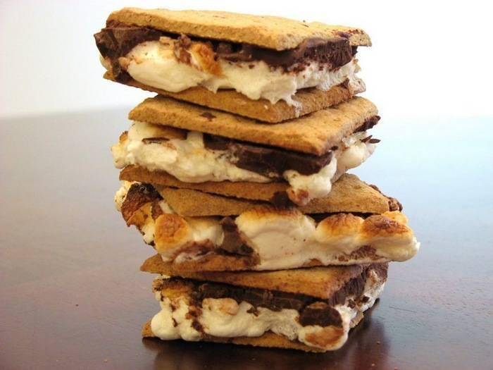 Смор — десерт с маршмеллоу и шоколадом между двумя крекерами
